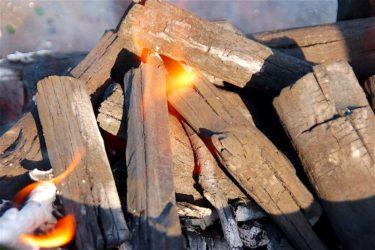 木炭の良し悪しをあなどるなかれ、火の粉がたたない炭選びと工夫