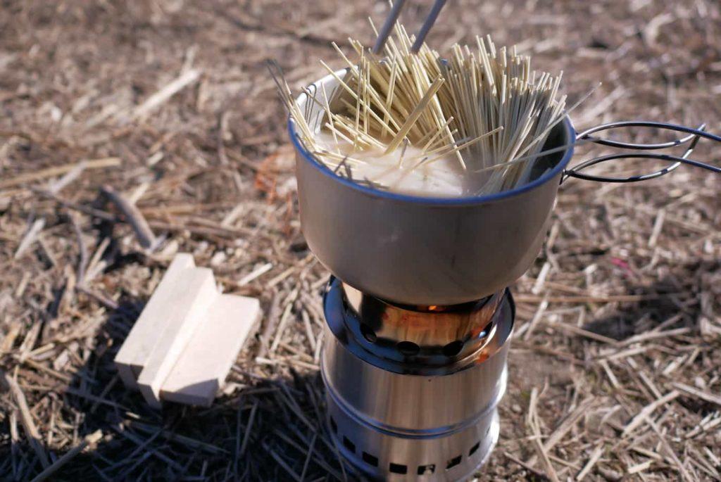 ウッドストーブでラーメンを作る