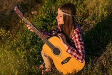 ギターをもつ女性