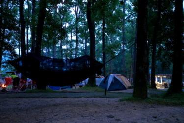 マキノ高原キャンプ場の林間サイトでハンモックと焚き火を楽しむ