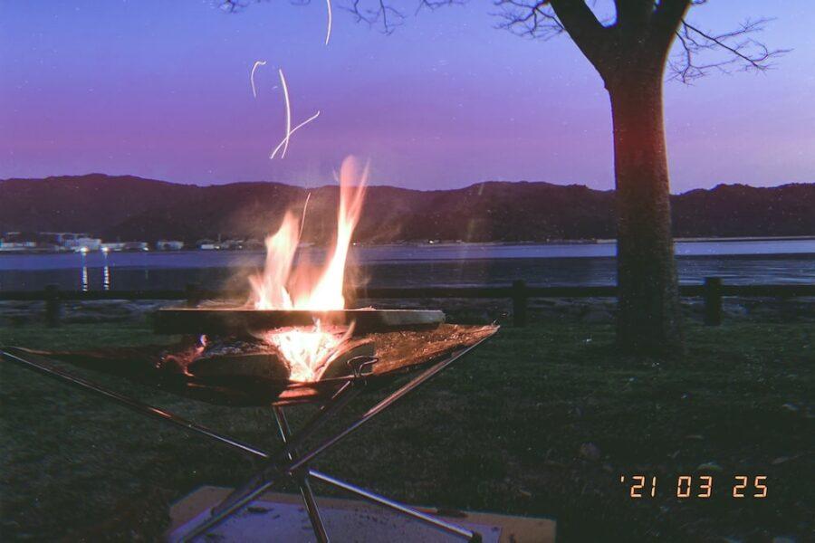 キャンプ場で焚き火をするの図