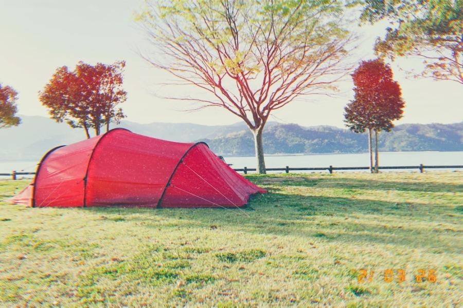 キャンプ場にヒルバーグを設営するの図