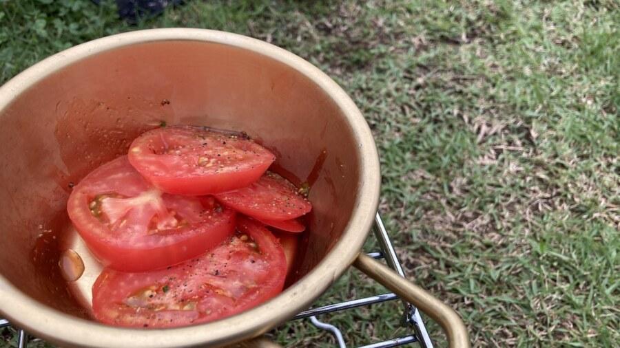 トマトスライスを入れたマッコリカップ