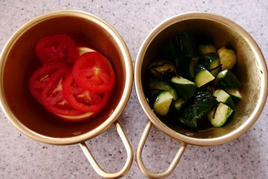 トマトときゅうりを入れたマッコリカップ